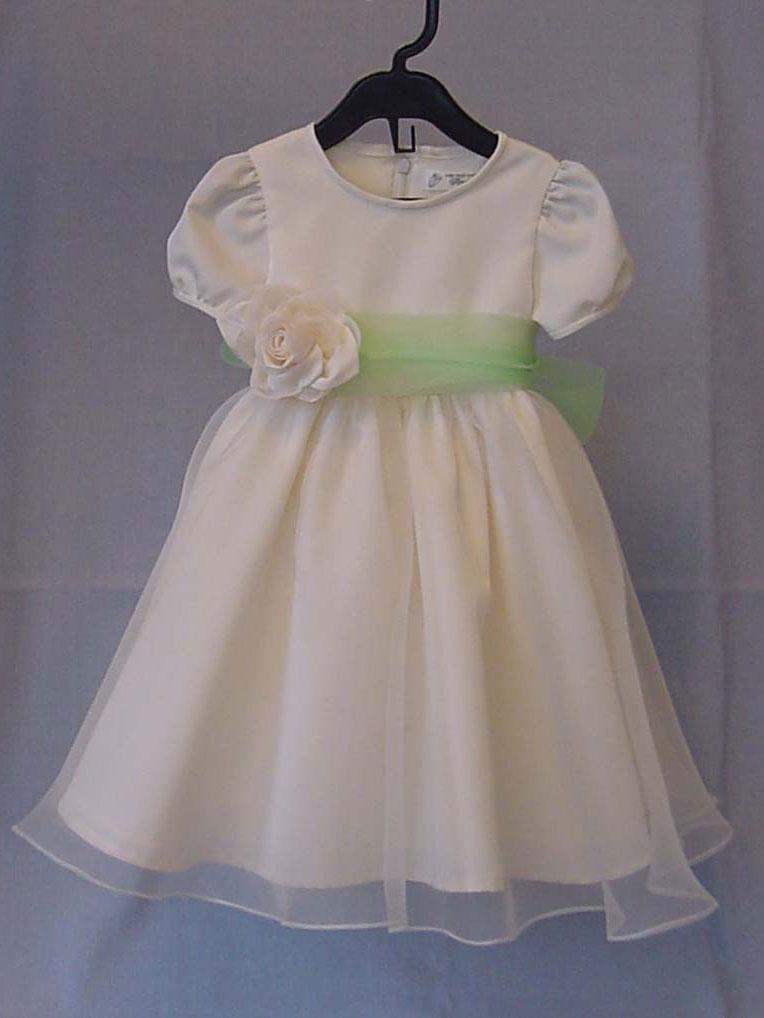 Angeliqueではウェディングドレスからベビードレスへのリメイクを行っております。 お母様が結婚式で着た思い出のウェディングドレスを自分の子供 にも着せてあげたい。